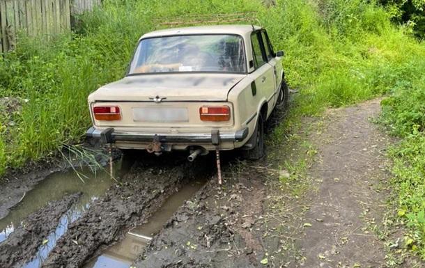 На Харківщині хлопець викрав авто і застряг у багнюці