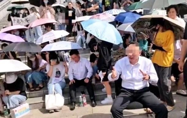 У Китаї студенти взяли в заручники директора коледжу