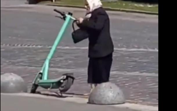 Во Львове пожилая женщина громила припаркованные электросамокаты