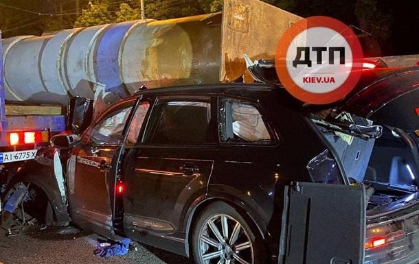 В Киеве авто в ДТП прошило опорой