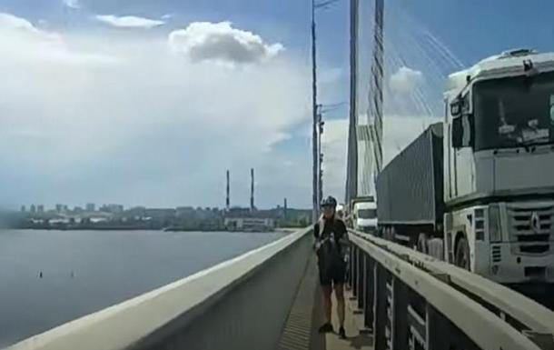 На Южном мосту Киева два человека пытались покончить с собой