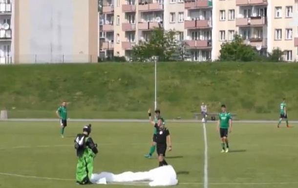 У Польщі футбольний матч перервав парашутист