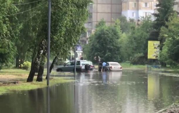 Ливень превратил улицы Полтавы в реки