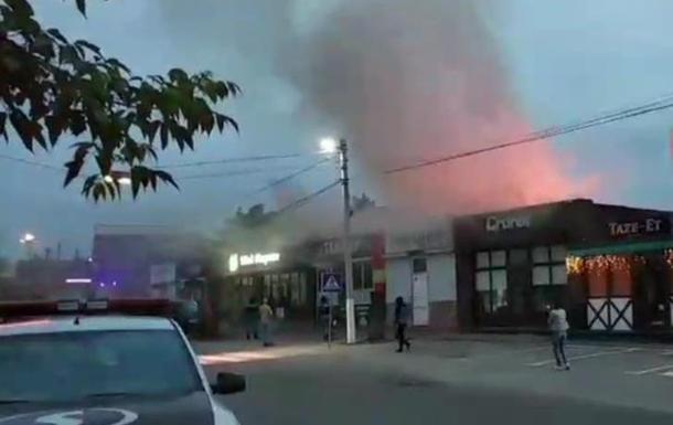 Під Києвом загорівся ресторан і павільйони