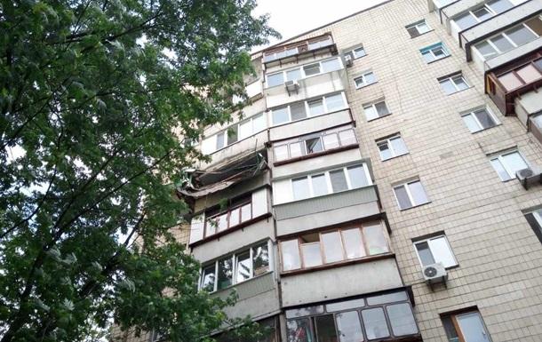 В Киеве с балкона рухнула тонна земли