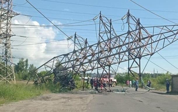 ДТП в Киеве: на мосту столкнулись шесть авто, грузовик снес ЛЭП