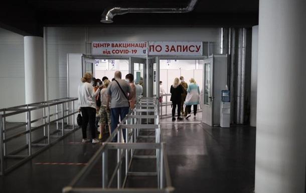 Вакцинація на вихідних: в Києві дві черги