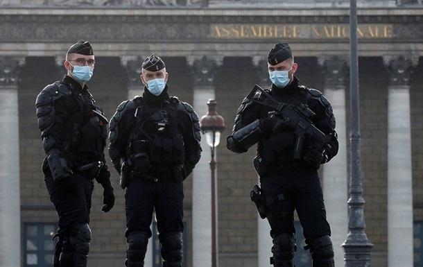 У Парижі поліція розігнала масштабну вуличну вечірку