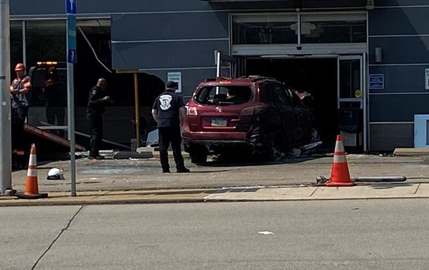 У США автомобіль влетів у будівлю клініки, троє загиблих