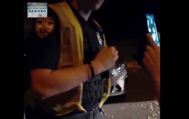 В Киеве коп выбил телефон из рук в ответ на просьбу показать документ