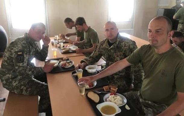 В сети появились фото скудных обедов украинских резервистов