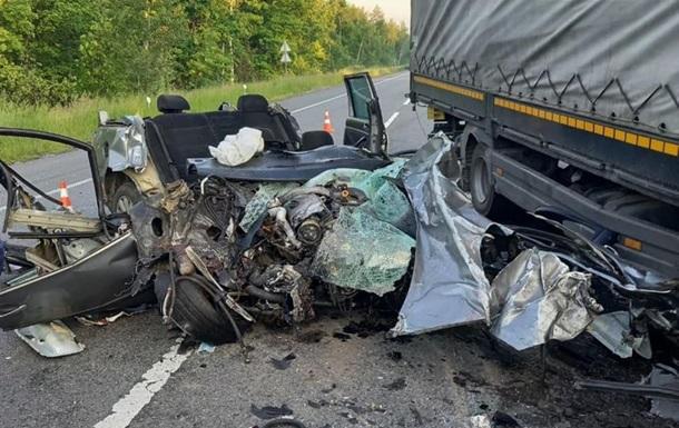 Смертельное ДТП под Киевом: легковушка столкнулась с грузовиком