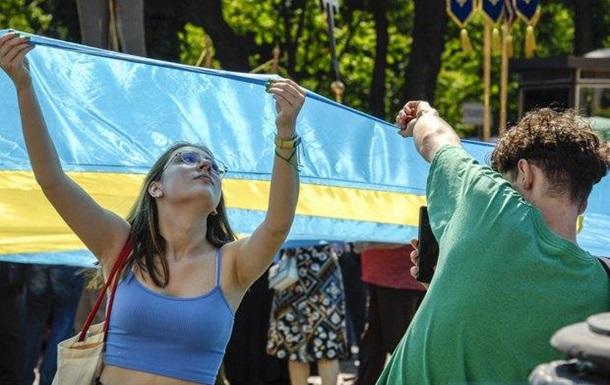 Возле ВР развернули крымскотатарский флаг
