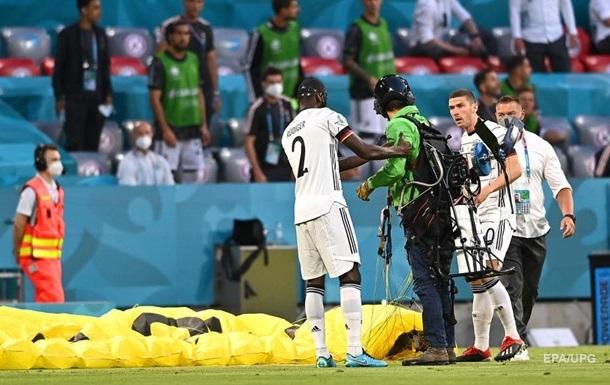Парашютист сел на поле в матче Евро-2020 и шокировал футболистов