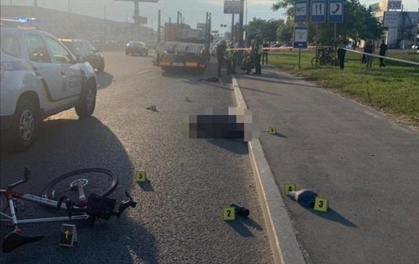 П яний перехожий в Києві штовхнув велосипедиста під колеса вантажівки