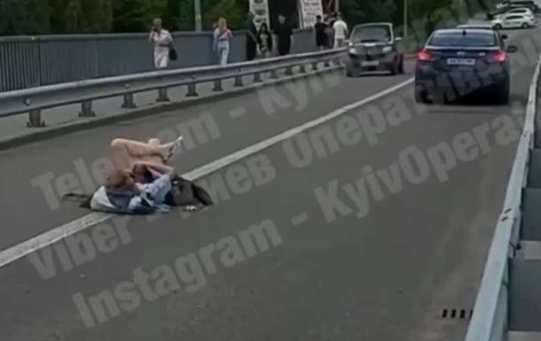 Посреди дороги в Киеве улеглась девушка