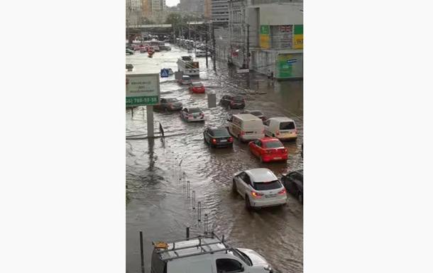 В Днепре ливень превратил улицы в реки