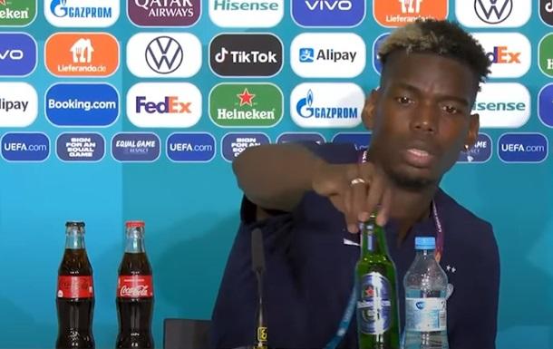 Погба на прес-конференції прибрав пляшку пива