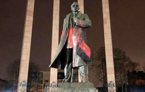 Во Львове вынесли приговор вандалу за осквернение памятника Бандере