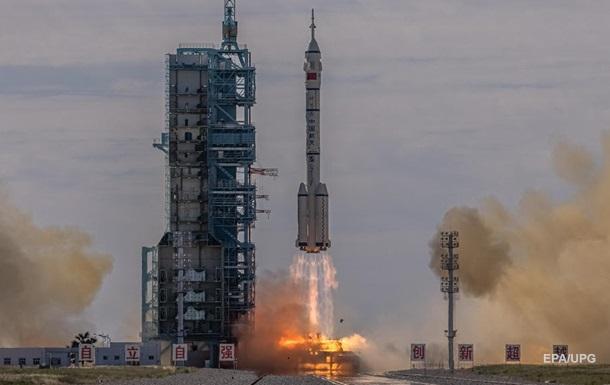 Китай запустил на орбиту корабль Шэньчжоу-12 с космонавтами на борту