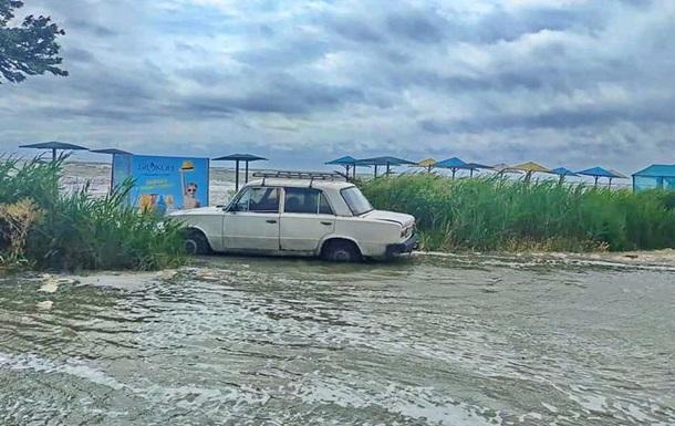 Пляжі Бердянська і Кирилівки пішли під воду