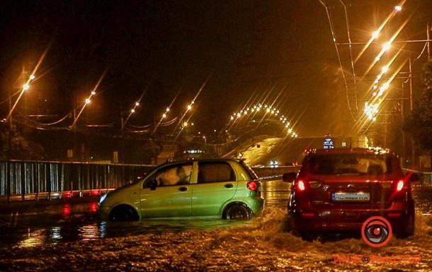 В Днепре авто застряли в воде из-за ливня