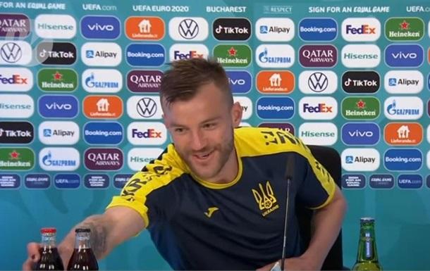 Ярмоленко в противоположность Роналду придвинул к себе бутылки Coca-Cola