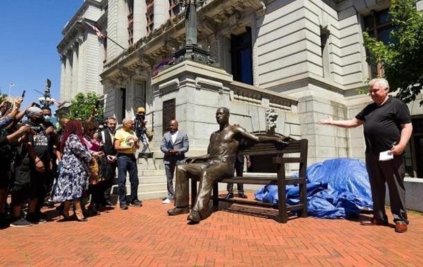В США установили памятник Джорджу Флойду