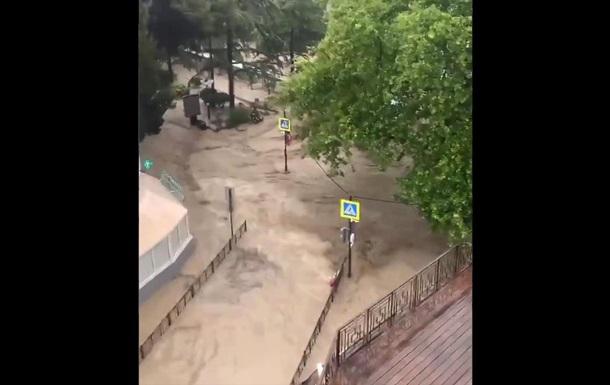 Повінь у Ялті: почалася евакуація людей