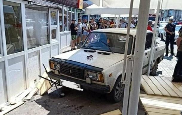 В Сумах авто сбило людей на летней площадке кафе