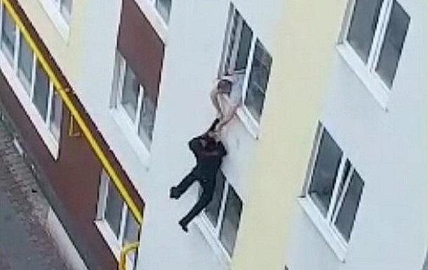 На Волині чоловік зістрибнув з четвертого поверху і втік