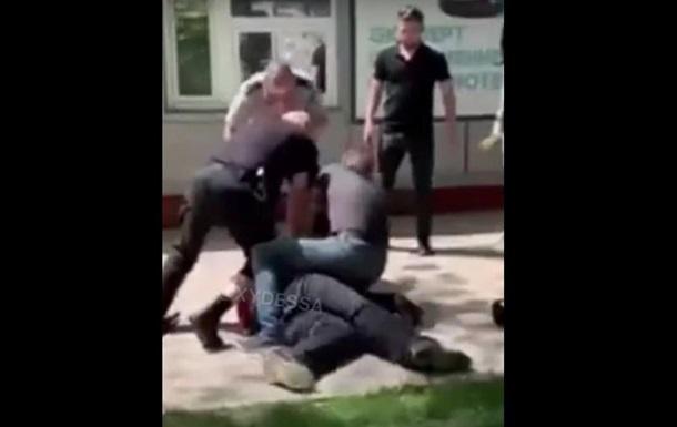 На Одессчине мужчина бросался на людей с тесаком