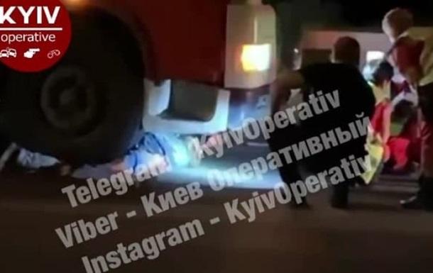 В Киеве под колесами фуры погибли два пешехода