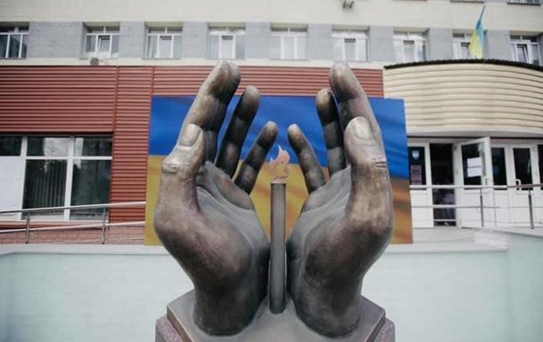 В Киеве умершим от COVID-19 медикам открыли памятник