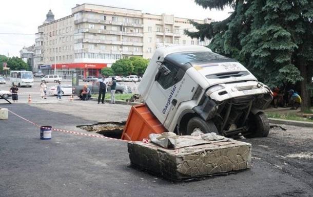 В центре Житомира грузовик ушел под землю
