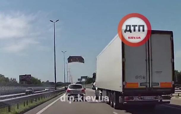 Под Киевом авто во время движения  потеряло  капот