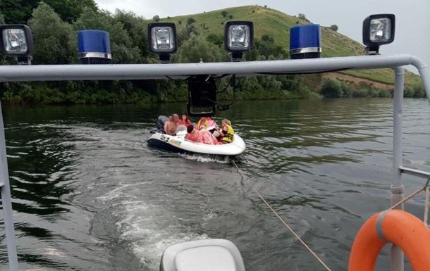 На Дністрі врятували людей на човні, що дрейфував