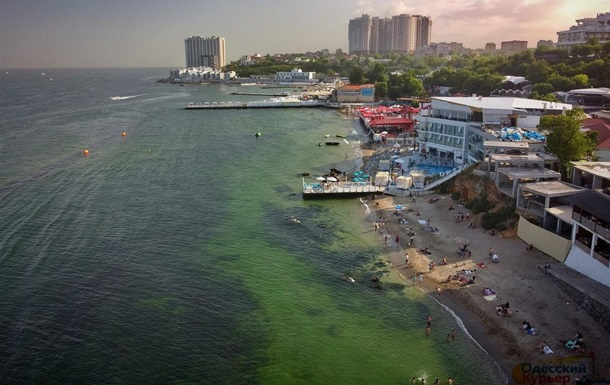 В Одессе из-за бактерий позеленело море