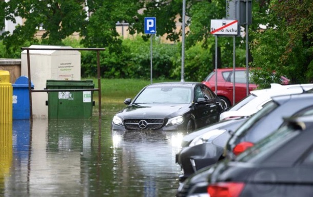 В Польше из-за урагана сорваны крыши и затоплены улицы