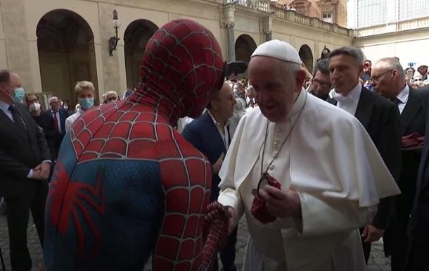 Папа Римский встретился с  Человеком-пауком