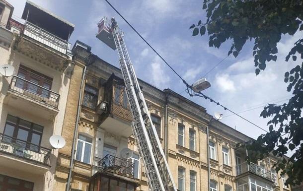В Киеве тушат пожар в жилом доме