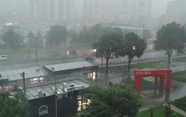 Во Львове среди дня потемнело от мощной бури