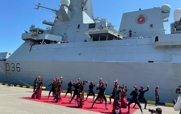 Британський есмінець у Грузії зустріли танцями