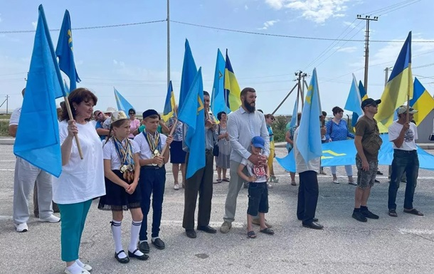 Біля Криму розгорнули кримськотатарський прапор