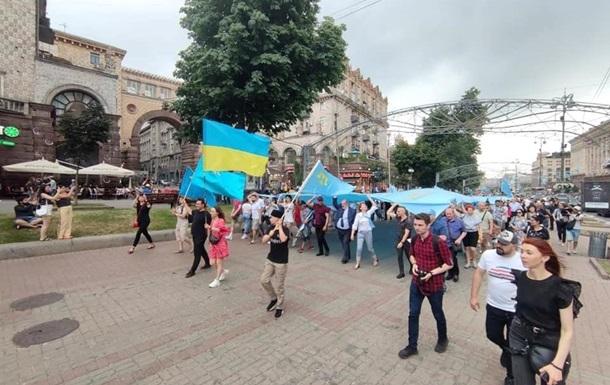 В Киеве прошел марш ко Дню крымскотатарского флага