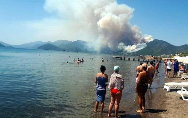 Біля турецького курорту Мармарис горять ліси