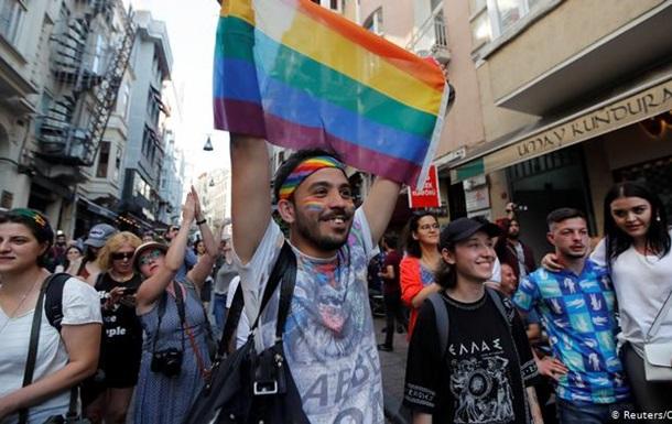 В Стамбуле полиция газом разогнала гей-прайд