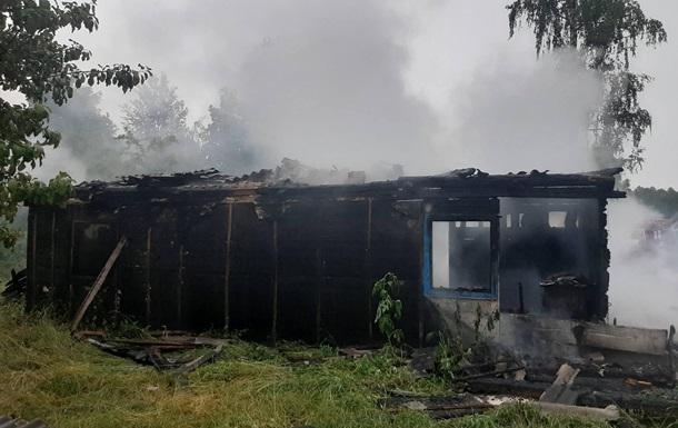 На Житомирщині після удару блискавки згорів житловий будинок
