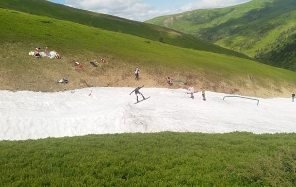 У Карпатах туристи катаються на лижах в купальниках і шортах