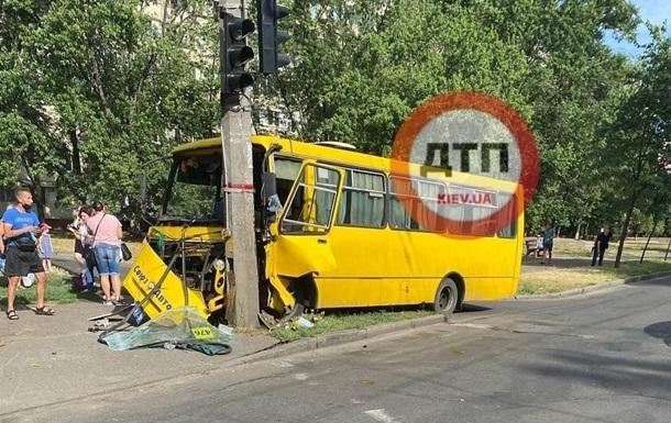 У Києві маршрутка на повному ходу врізалася у стовп